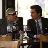 Neal y Mozzie toman un café en 'Ladrón de guante blanco'