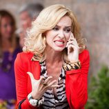 Victoria (Kira Miró) desquiciada al teléfono