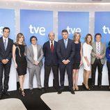 Ignacio Corrales y Julio Somoano junto al equipo de presentadores del Canal 24h