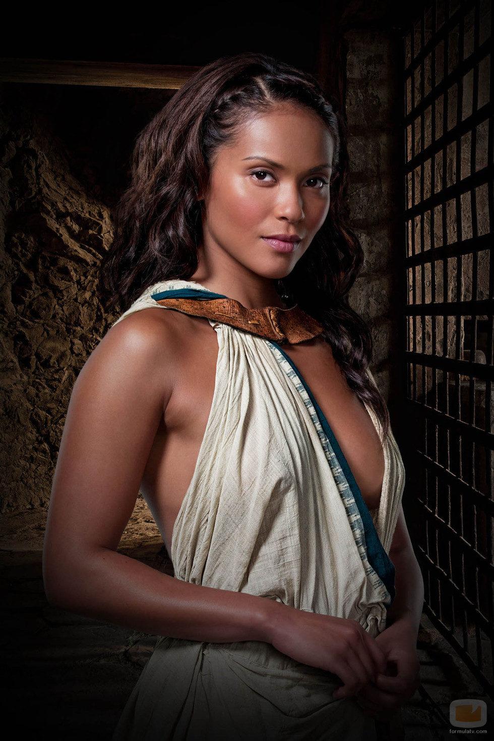 Lesley-Ann Brandt es Naevia en 'Spartacus: DIoses de la arena'