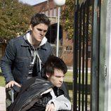 Julio ayuda a Gorka en su silla de ruedas en 'Física o química'