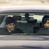 Miguel Ángel Silvestre en un coche