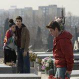 Julio acude al cementerio a ver a su hermano en 'Física o química'