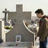 Fer (Javier Calvo) en el cementerio en 'Física o química'