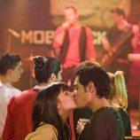 Andrea Duro besa a Karim El-Kerem en 'Física o Química'
