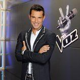 Jesús Vázquez posa con el logo de 'La Voz'