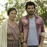 Charo y su hijo Juan en una escena de 'Historias robadas'