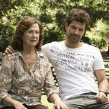 Madre e hijo charlan en una escena de 'Historias robadas'