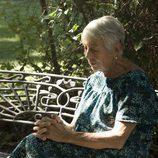 Una anciana espera en el primer episodio de 'Historias robadas'