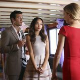 Emily VanCamp, Joshua Bowman y Ashley Madekwe en una escena de la segunda temporada de 'Revenge'