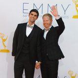 Justin Mikita y Jesse Tyler Ferguson en los Emmy 2012