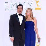 Jon Hamm y Jennifer Westfeldt en los Emmy 2012