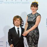 Peter Dinklage y Erica Schmidt en los Emmy 2012