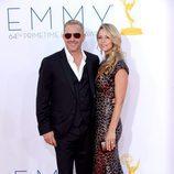 Kevin Costner y su novia en los Emmy 2012