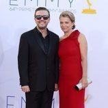 Ricky Gervais y su novia en los Emmy 2012