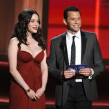 Kat Dennings y Jon Cryer en los Emmy 2012
