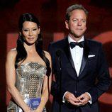 Lucy Liu y Kiefer Sutherland en los Emmy 2012