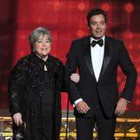 Kathy Bates y Jimmy Fallon en los Emmy 2012