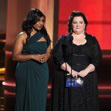 Mindy Kaling y Melissa McCarthy en los Emmy 2012