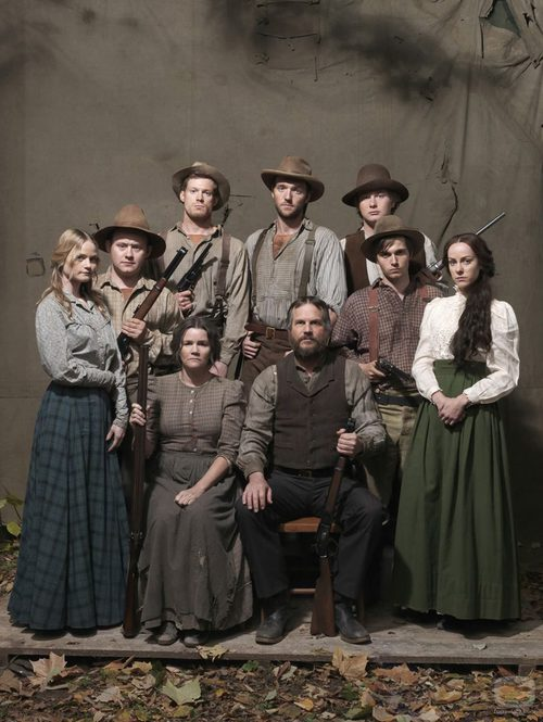 La familia McCoys al completo en 'Hatfields & McCoys'