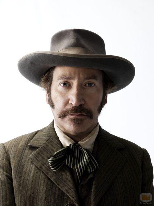 Ronan Vibert es Perry Cline en 'Hatfields & McCoys'