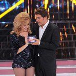 Manel Fuentes entrega el premio de ganadora a Roko en 'Tu cara me suena'