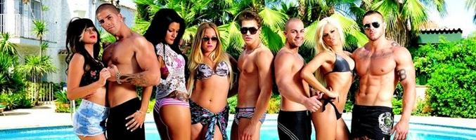 Los participantes de 'Gandía Shore' posan semidesnudos en la piscina