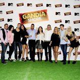 Laura Abril y Raffaele Annecchino con el reparto de 'Gandía Shore'