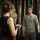 Neus Sanz (Salomé) apunta con un arma a Jan Cornet (Max) en la tercera temporada de 'El Barco'