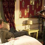 Ulises (Mario Casas) amenaza a Max (Jan Cornet) en la tercera temporada de 'El Barco'