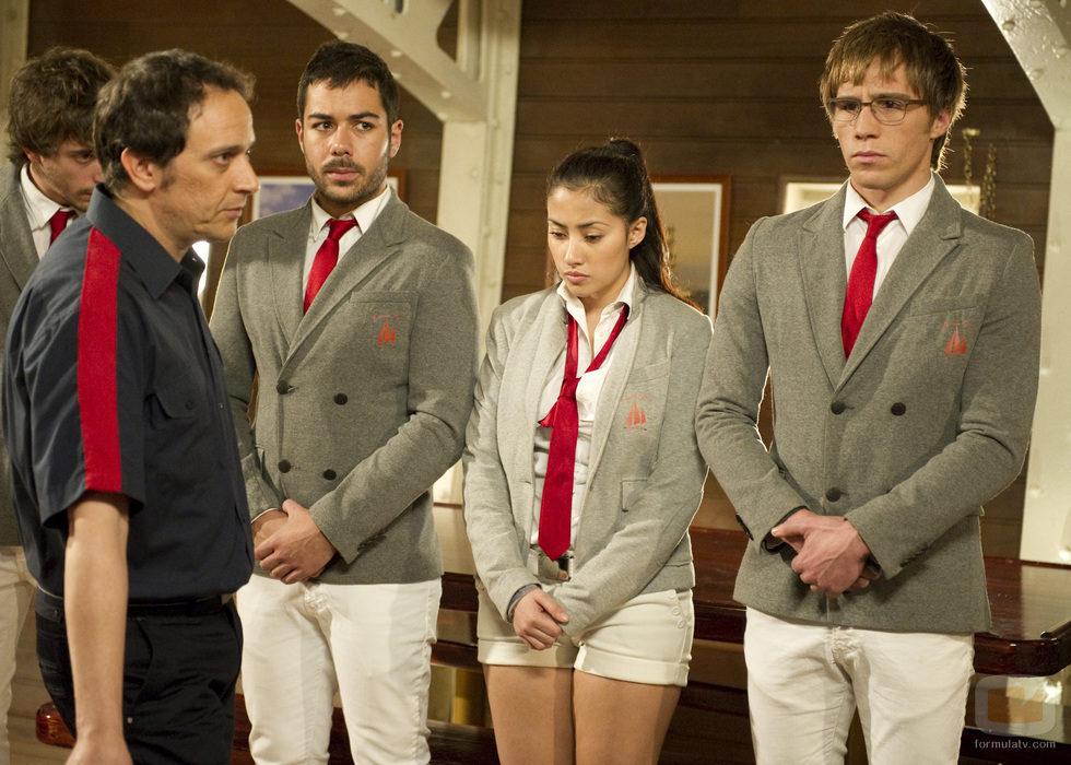 De la Cuadra en su habitual actitud con los tripulantes más jóvenes de 'El Barco'