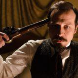 Alfredo Vergara (Fele Martínez) se apunta con un arma en 'Gran Hotel'