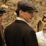 Amaia Salamanca, Yon González y Llorenç González en una escena de la segunda temporada de 'Gran Hotel'