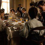 Desayuno con parte del reparto en el capítulo 13 de 'Gran Hotel'