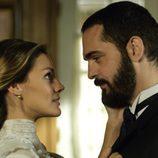 Alicia Alarcón junto a su esposo Diego en la segunda temporada de 'Gran Hotel'