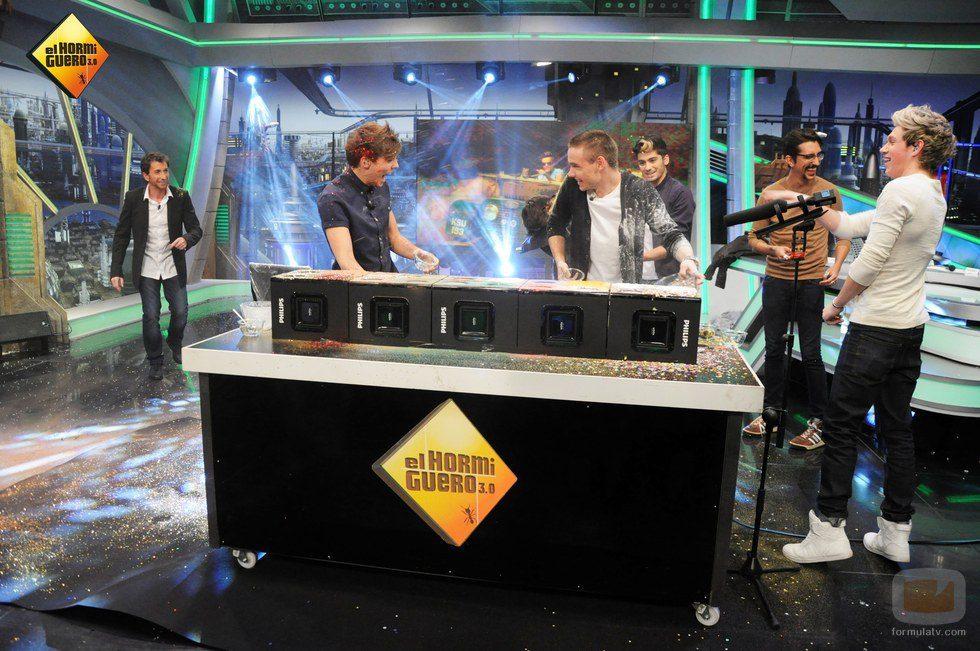 Louis Tomlinson y Liam Payne se echan harina en 'El Hormiguero'