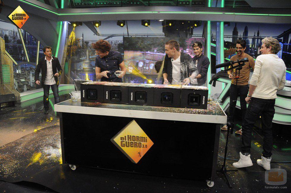 Liam Payne y Louis Tomlinson cubiertos de harina en 'El Hormiguero'