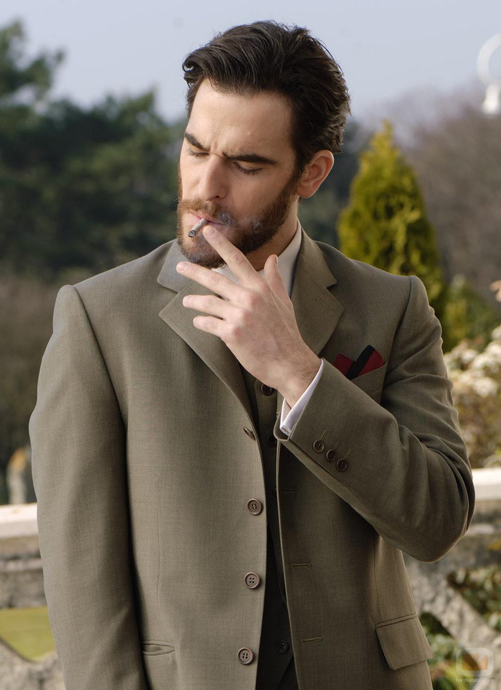 Alfonso Bassave fuma en 'Gran Hotel'