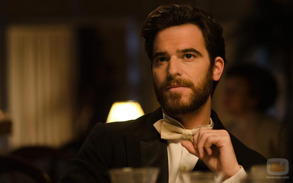 Gonzalo (Alfonso Bassave) cena en el 'Gran Hotel'