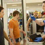 Dexter en el detector de metales de un aeropuerto en una imagen promocional de la séptima temporada