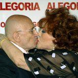 Beso entre Tony Leblanc y Sara Montiel