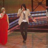 Melendi cantando junto a su equipo en la segunda gala de Los Directos