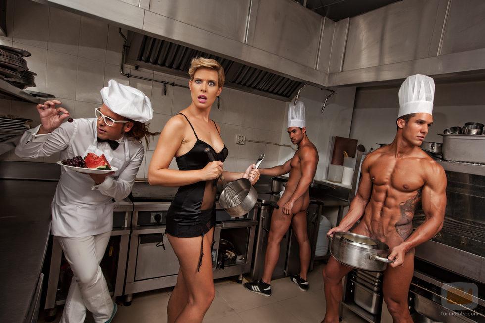 Tania Llasera Con Hombres Desnudos En La Cocina