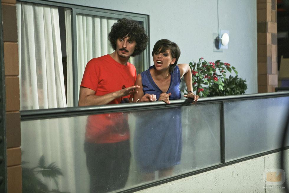 Lola gritando desde el balcón en el capítulo 77 de 'La que se avecina'