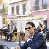 Imagen promocional de Marton Csokas como el detective Javier Falcón en la serie de Canal+ 'Falcón'
