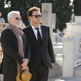 Javier Falcón y Ramón Salgado visitan un cementerio en 'Falcón'