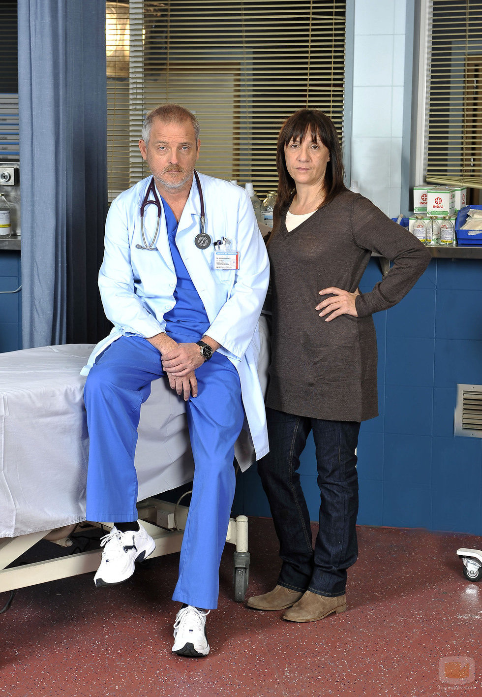 Blanca Portillo posa junto a Jordi Rebellón en un nuevo capítulo de 'Hospital Central'