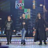 Eros Ramazzotti cantando junto a Maika y Rafa en la gala final de 'La Voz'
