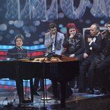 Jamie Cullum cantando junto a los finalistas en la gala final de 'La Voz'