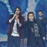 Maika cantando junto a su coach Melendi en la gala final de 'La Voz'